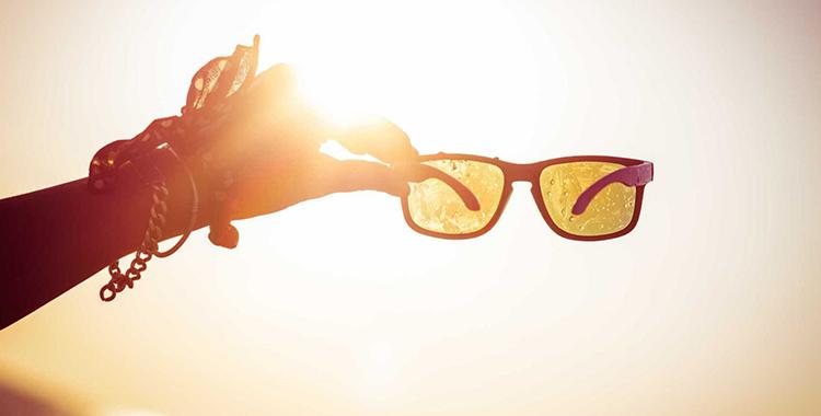 Raios solares e óculos falsificados são nocivos aos olhos